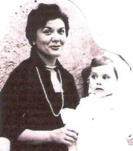 mama i jo asseguda a la falda magdalena carme.foto retalladajpeg