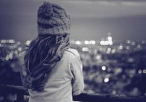 dona 000 noia sola mirant la ciutat